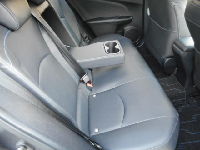 後方の方のひざまわりや足もとにもゆとりを確保。十分なクッションの厚みなどにより快適な座り心地ですよ。