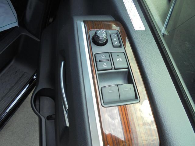 運転席から左右のドアミラーのレンズ上下左右を調整出来ます。また駐車場などでのドアミラーの折り畳みがボタン一つて格納されます。