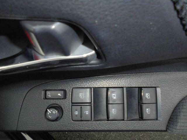パワーウィンドウで開閉操作もラクラクです。運転席から全ての窓を開閉可能ですしロック機能付きで後席にお子様が乗っていても安心です。