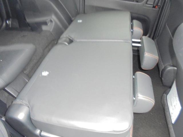 リヤシートを倒せばラゲージスペースがさらに拡大。長さや幅のある物もラクに収まります。