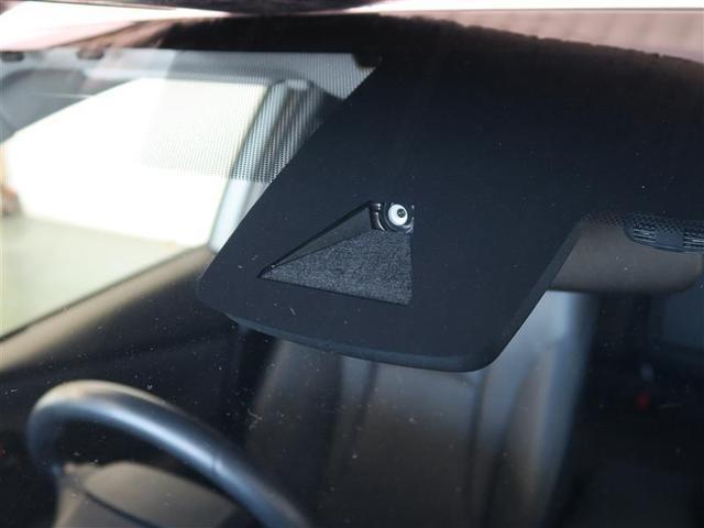 フロントガラスのカメラとバンパー上のトヨタマークに内蔵されてるミリ波レーダーで前車と歩行者を検知します☆