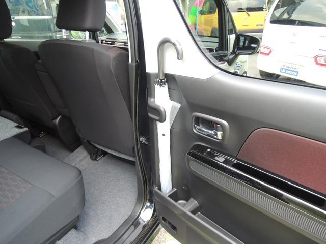 後席ドアの内側に、アンブレラホルダーを設置。濡れた傘で服やシートが濡れるのを防ぎます。傘についた雨水は、車外に排出される構造になっているので、水が溜まることなく安心です。
