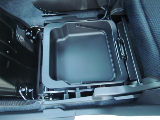 助手席下には靴やカー用品等荷物もスッキリ収納出来る助手席アンダーボックス採用☆