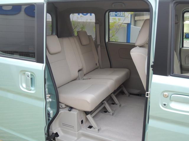 元が広く快適なリヤシート左右独立スライド機構付のリヤシートは、前後に180mmスライド。足元のスペースにゆとりがあり、リクライニング機構とあわせて快適に過ごせます。