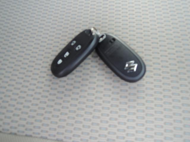 携帯リモコンを身につけていれば、ドアの施錠・解錠はリクエストスイッチを押すだけ。さらにブレーキペダルを踏んでエンジンスイッチを押すだけで、エンジンの始動が可能です。。