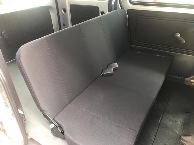 後部座席。