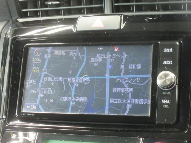 トヨタ純正ナビゲーション(NSZT-W66T)。フルセグテレビ、CD/DVD再生機能も付いています。