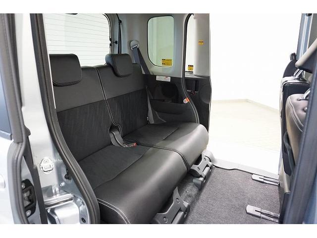 大人が余裕で足を組める後席スペース。広さと使い勝手のよさが自慢の室内空間です♪