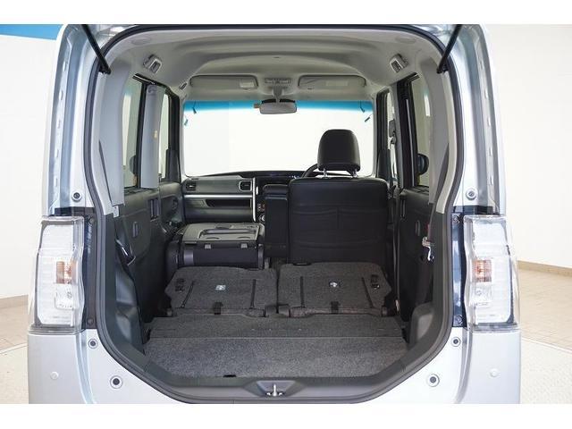 リヤシートを前へ格納すればスペースが広がり、大きな荷物も載せられます。助手席シートも前に倒せば、長い荷物もしっかりと積めます。