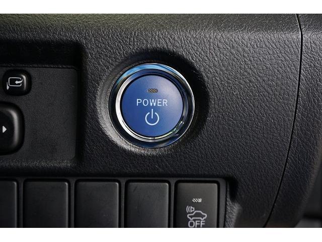 スマートキーを携帯していれば、ブレーキを踏みながらパワースイッチを押すだけでハイブリッドシステムが起動します。