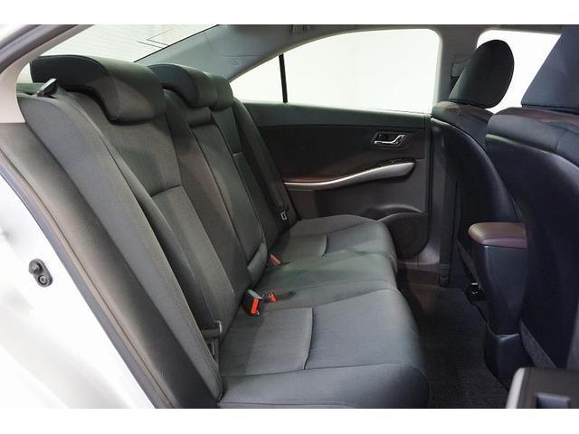 前後席間のスペースにゆとりをもたせて、ロングドライブでも疲れにくい、理想的な後席空間を実現しています。