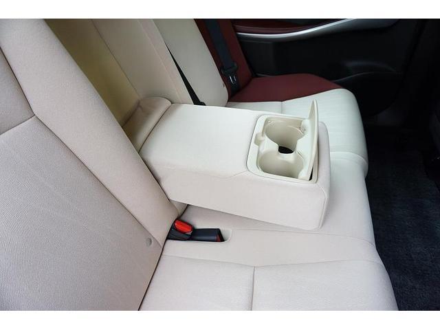 カップホルダー付きリヤセンターアームレストを装備。リアシートでも快適にくつろいでいただけます♪