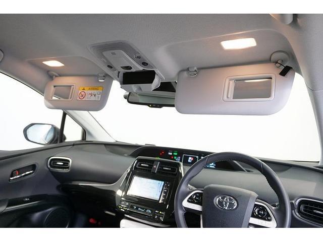 身だしなみチェックに便利な照明付バニティミラーをフロント両席にご用意。サングラスや小物などを収納するのに便利なオーバーヘッドコンソールも装備です。