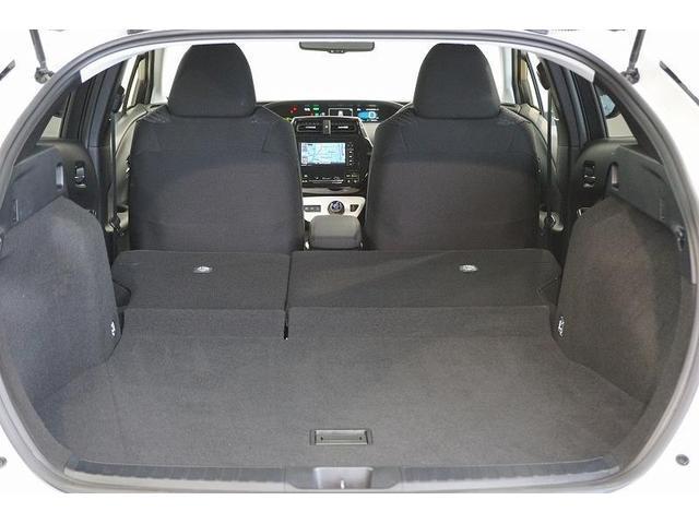 リヤシートを前に倒せば、ラゲージスペースがさらに拡大!長さや幅のある物もラクに収まります。