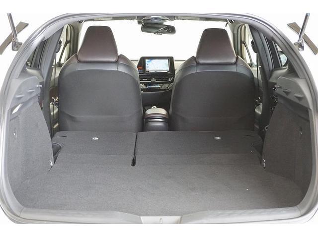 リヤシートを前へ倒せば、大きな物や長さのあるアイテムなどもゆったりと積むことができます。