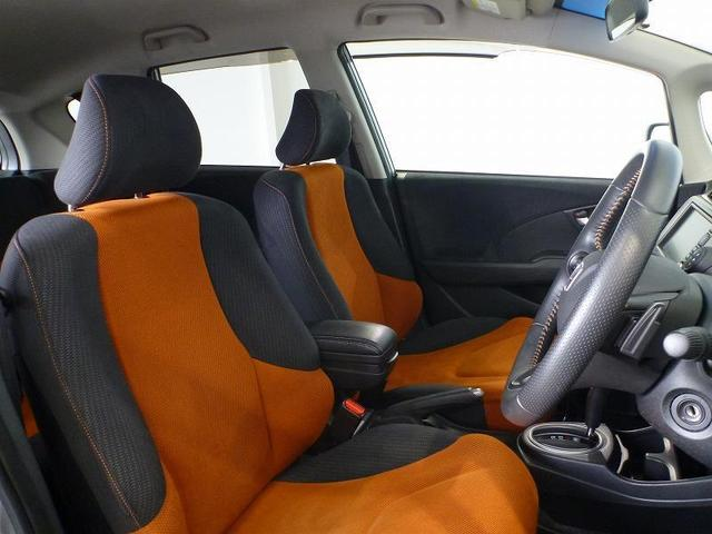大きな座面と包み込むような背もたれが、ドライバーの身体全体をしっかり支えます。