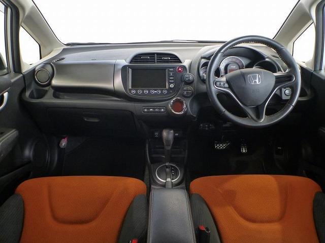 感覚的に操作・確認できるよう気配りされた運転席。メーターも見やすく、スイッチも集中的に配置しています。