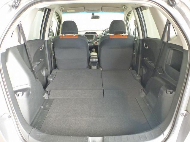 リヤシートを倒せば、大きな物や長さのあるアイテムなどもゆったりと積むことができます。