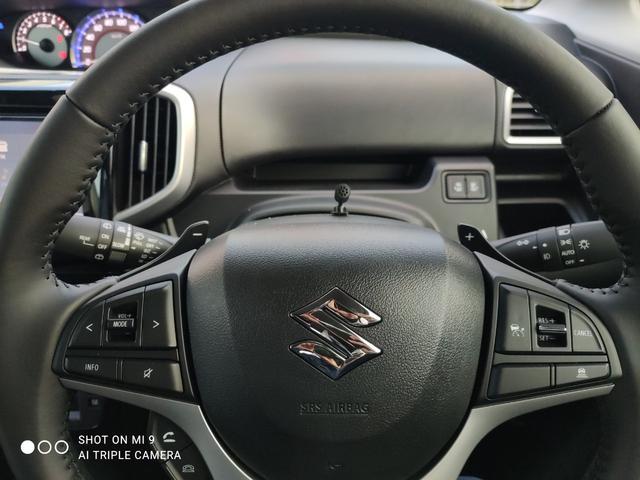 無駄な視線移動がなくなり運転に集中できるステアリングスイッチ。燃費向上と運転疲労の低減に役立つ追従型アダプティブクルーズコントロール装備☆ スポーティーな走りを堪能できるパドルシフト付!