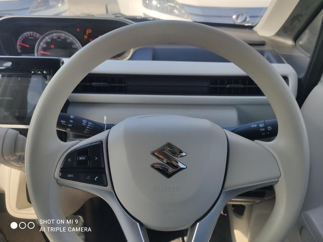 無駄な視線移動がなくなり運転に集中できるステアリングスイッチ。