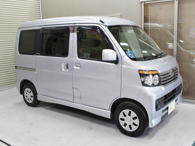 運転席のスイッチ操作で鏡面の角度調節はもちろん、格納も可能。駐車場などで便利です。