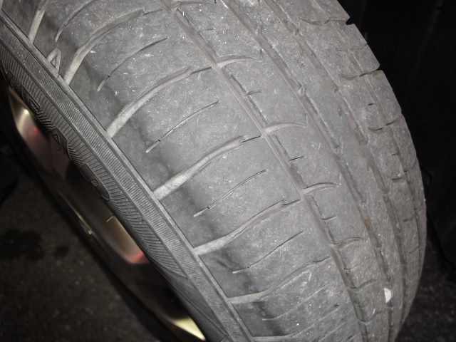 右フロントタイヤの画像です。タイヤ4本を純正メッキアルミ付きに交換します。