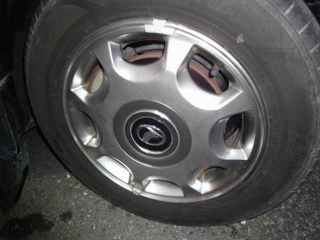 右リアタイヤの画像です。タイヤ4本を純正メッキアルミ付きに交換します。