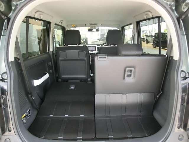 後席のシートバックは分割して倒せるため積み込む荷物に応じたラゲッジスペースを確保できます。