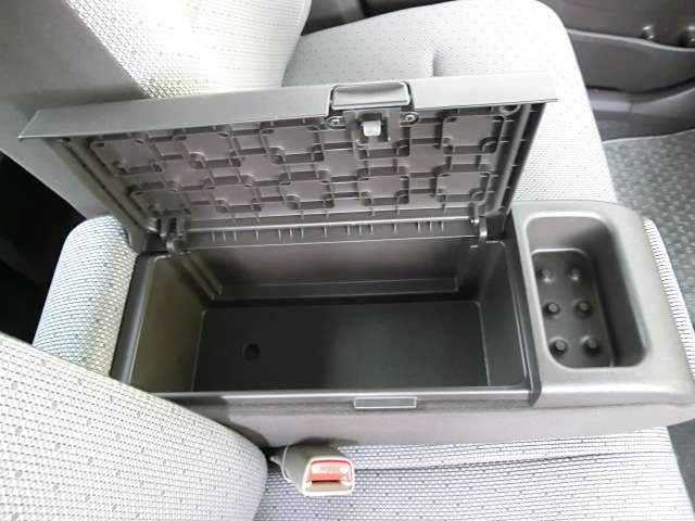 便利なアームレストは収納ボックスにもなり、携帯やメモの収納にお使い頂けます♪