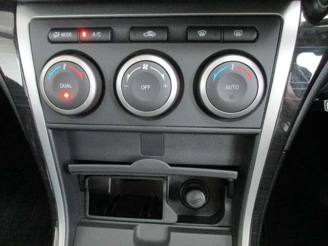 運転席と助手席で異なる温度設定が可能な、左右独立コントロール機能付きのオートエアコン 自動車室内の希望温度を設定すると、自動的にヒーターやクーラーの温度調整や風量調整などを行ってくれます!