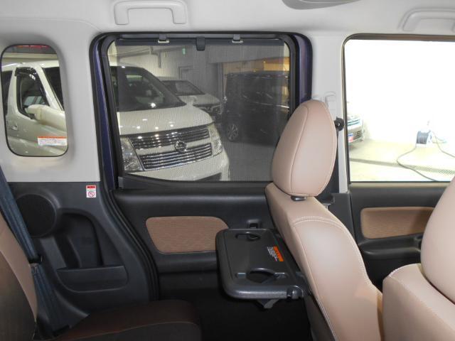 リヤシートの窓にはロールサンシェード付きなので日差しを予防!パーソナルテーブルが付いておりますので、車内での軽食がし易いです!