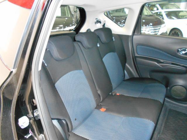 リヤシートは足元空間と天井が高い為、足が組める程広いです。大人が3人座ってもゆったりリラックスできるほどです♪