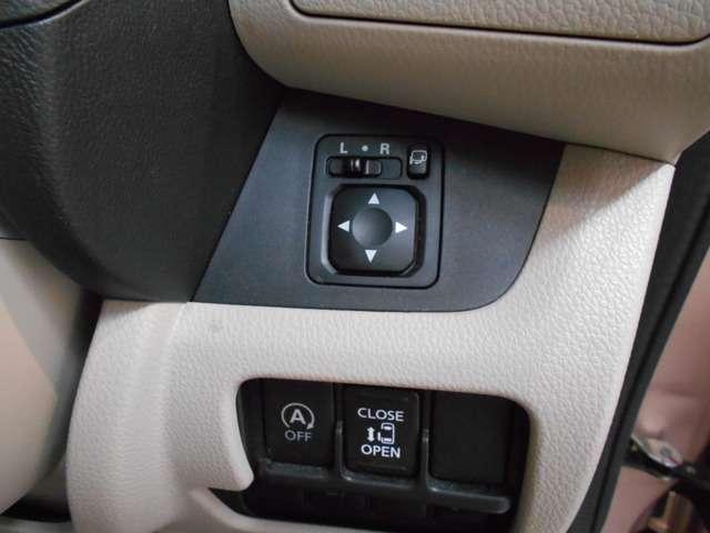 電動格納ドアミラー付き。ドアロックと連動してドアミラーを畳んでくれるので便利です。