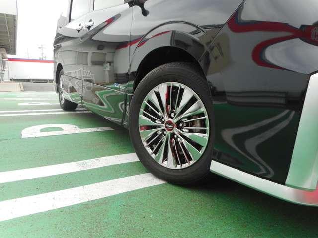 駐車枠を指定するだけで、セレナがハンドル操作を行い、枠の中に駐車をサポート致します。車庫入れにも縦列駐車にも対応!
