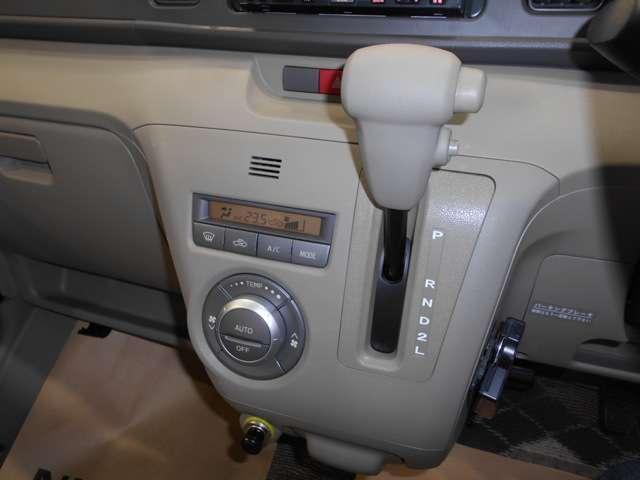 操作しやすい、シフトレバー!オートエアコンで、室内も快適!