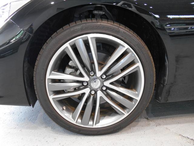 より高い安全、安心感をもたらすランフラットタイヤを採用。造形美あふれるスポーティかつシャープな19インチアルミホイールがボディに映えます!