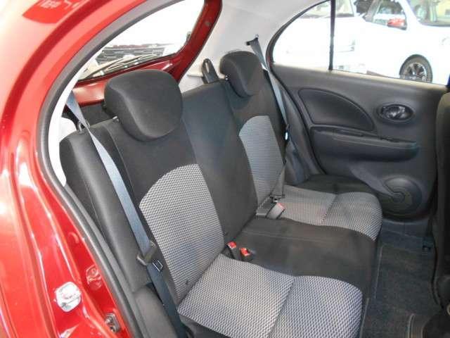 後席の足元もコンパクトとは思えないほどのゆとりを確保。後席の方も窮屈間を官位させません!