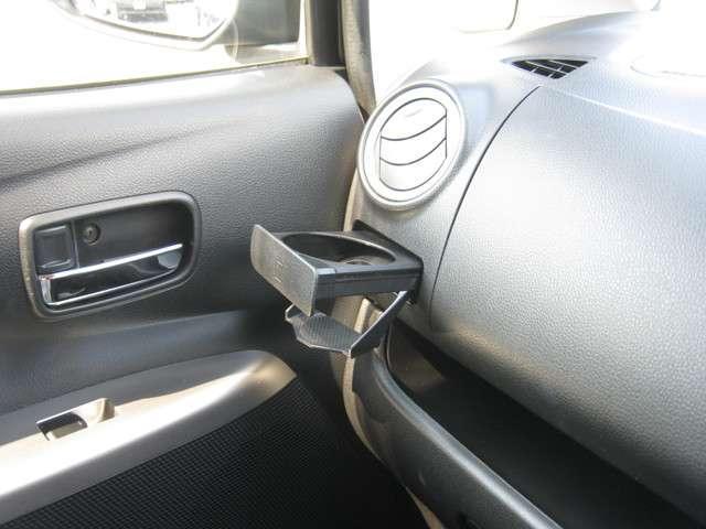 「カップホルダー」 前席カップホルダー付き♪ドリンク以外に小物の収納に便利です♪