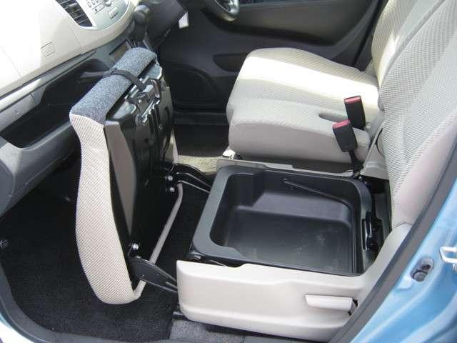 「助手席シートアンダーボックス」 助手席シートアンダーボックスは持ち運びが可能です♪