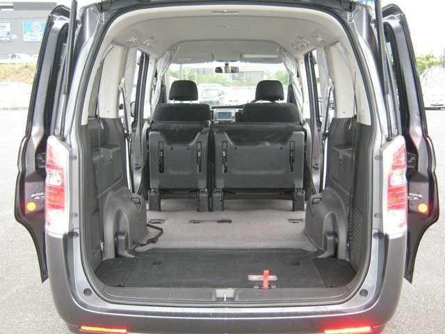 「シート格納」 3列目シートは床下収納が可能♪シートを格納すればさらに大容量のスペースが出現♪