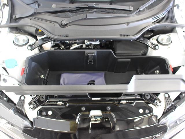 フロントフード内には、ユーティリティボックスが設定され、巻き取ったロールトップを収納することも可能となっています。