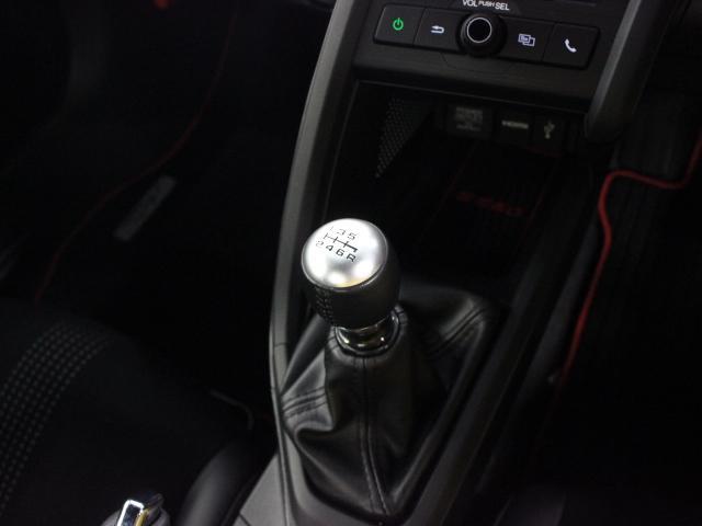 エンジンパワーを最大限に活用するため、ワイドレンジ・クロスレシオに設定した軽自動車初の6速MTを採用しています。