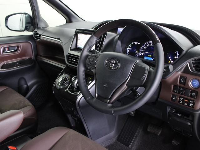助手席シートバックに格納式テーブル(カップホルダー2個付)とインストルメンタルパネルのセンターロア部に、充電用USB端子2個を装備しています。