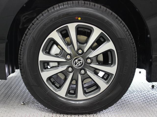 切削光輝加工にダークグレーメタリック塗装を施した15インチアルミホイール装着。タイヤサイズは195/65R15です。
