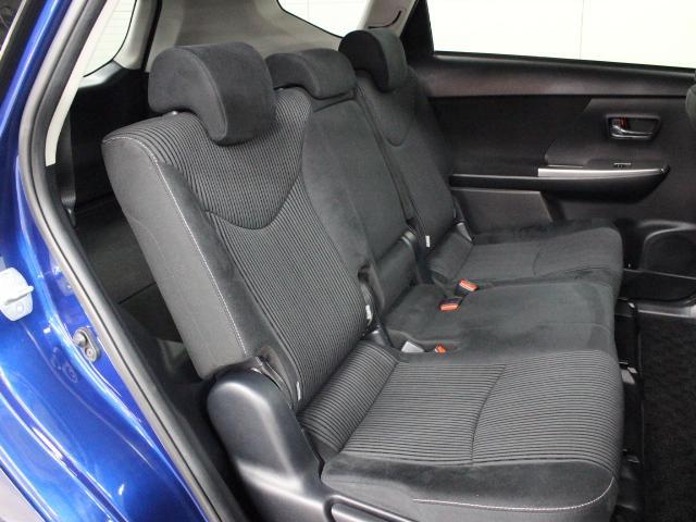 通常のプリウスと比較し、ヘッドスペースに大きな余裕が生まれた、セカンドシートを持っています。
