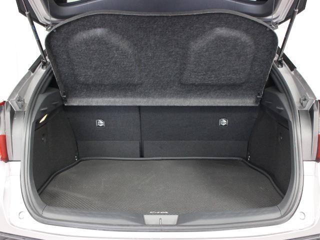 後席シートは6:4分割可倒式を採用し、シート肩口のレバー操作で、荷室の拡大も可能です。