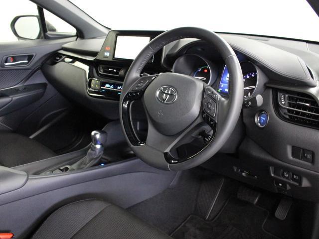 質感・形状・色など細部にこだわり大人の感性に響くデザインを追求したほか、メーターを中心とした操作パネルをドライバーに向けて配置するなど運転に集中できるドライバーズ空間を実現しています。