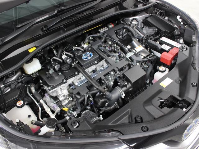 2ZR-FXE型 1.8L 直4 DOHCエンジンと1NM型 交流同期電動機のハイブリッドシステム搭載、FF駆動です。