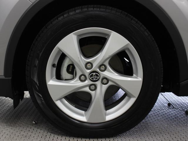 純正アルミホイールは精度が高く、走行の安定性が優れています。タイヤサイズは215/60R17です