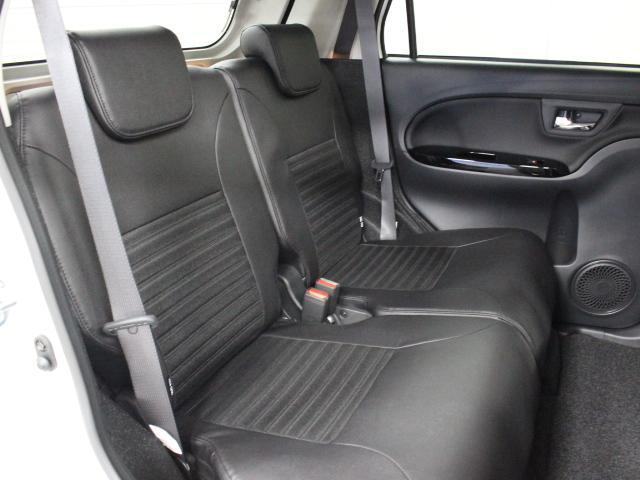 左右独立リクライニング&スライド可能なリヤシートはゆとりある広さを備えています。